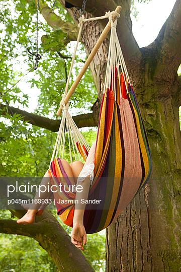 Hängematte im Baum - p045m1169933 von Jasmin Sander