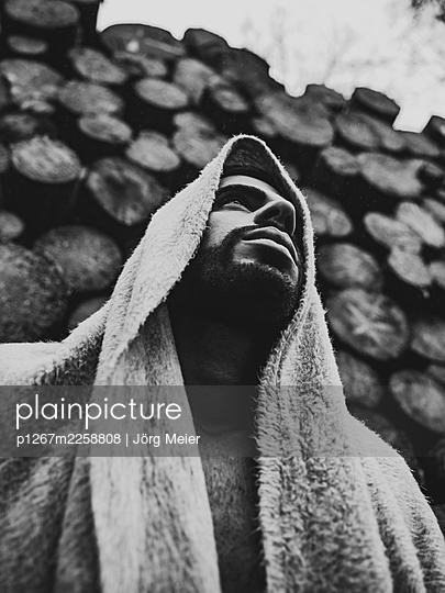Man with woollen blanket over head and shoulder - p1267m2258808 by Jörg Meier