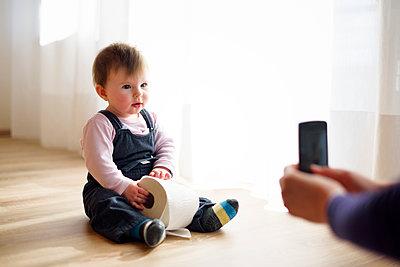 Baby hält Toilettenpapierrolle - p1196m1201699 von Biederbick & Rumpf