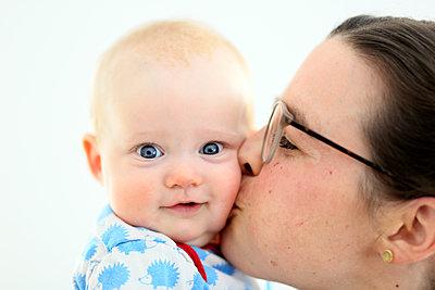 Mutter küßt Baby - p1258m1539282 von Peter Hamel