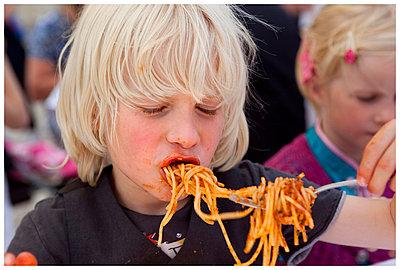 Kinder beim Mittagessen - p896m834572 von Arenda Oomen