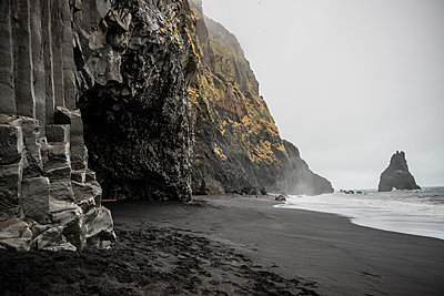 Black sand and cave on volcanic beach, Vik, Iceland - p924m1139308 by Rosanna U