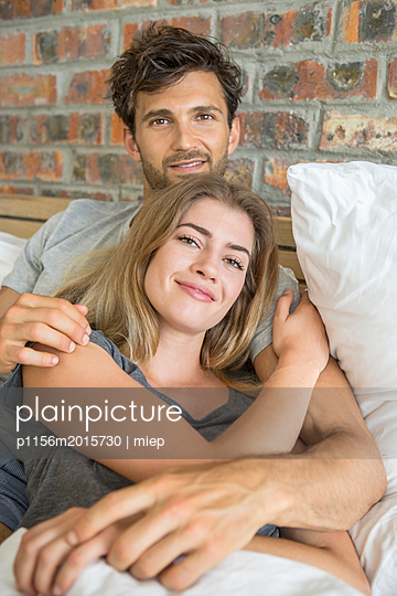 Paar im Bett - p1156m2015730 von miep