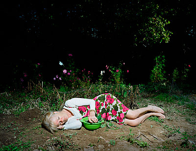 Woman sleeping - p1132m1071993 by Mischa Keijser