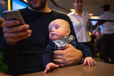 Baby sitzt auf einem Schoß - p1308m2280021 von felice douglas