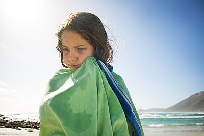 Little girl on the beach towels herself - p1640m2246117 by Holly & John