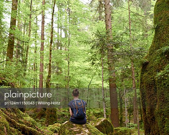 Frau sitzt auf Stein im Wald - p1124m1150043 von Willing-Holtz
