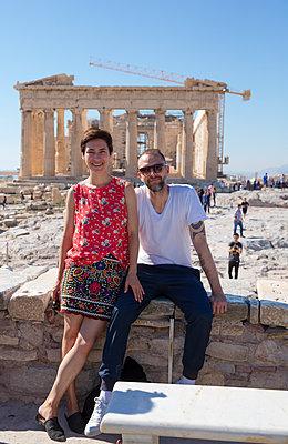 Paar posiert vor Akropolis - p432m1541647 von mia takahara
