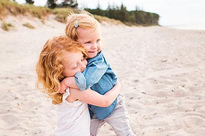 Geschwister am Strand - p796m1558678 von Andrea Gottowik