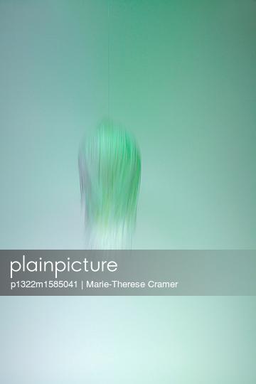 Filigrane Malerei vor pastellgrünem Hintergrund - p1322m1585041 von Marie-Therese Cramer