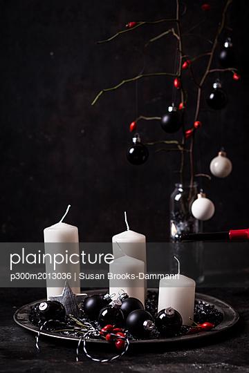 Advent decoration with white candles and black baubles - p300m2013036 von Susan Brooks-Dammann