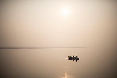 India, Boat in the morning sun - p1007m2099062 by Tilby Vattard