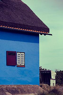 Blaues Haus - p432m823923 von mia takahara