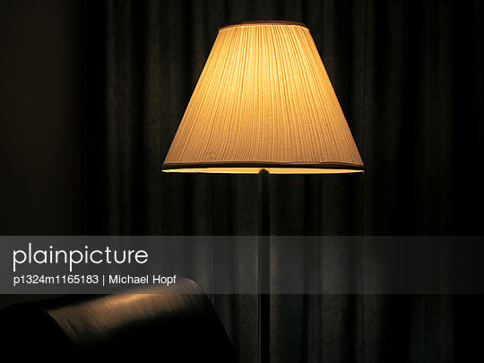 Erleuchtete Stehlampe - p1324m1165183 von michaelhopf