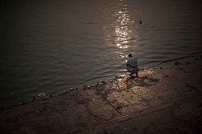 Man on riverside of the Ganges - p1007m1144381 by Tilby Vattard