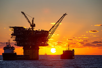 Oil platform Gulf of Mexico - p1166m2111620 by Cavan Images