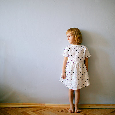Girl standing looking aside - p1414m2044858 by Dasha Pears