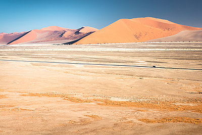 Dünen in der Wüste - Namibia - p1486m2037626 von LUXart