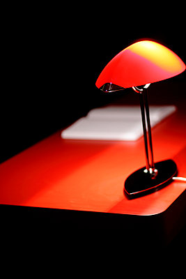 Lamp on a desk - p1990565 by Oliver Jäckel