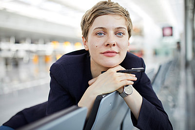 Portrait of blond businesswoman - p300m2005438 by Philipp Nemenz