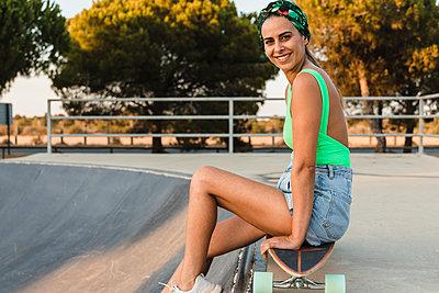 Woman in skate park, Matalascañas, Huelva, Spain - p300m2299335 von Julio Rodriguez