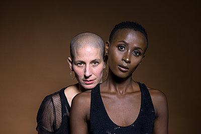 Zwei Frauen - p427m1463137 von Ralf Mohr