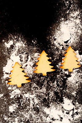 3 gebackene Weihnachtsbäume - p451m2086928 von Anja Weber-Decker