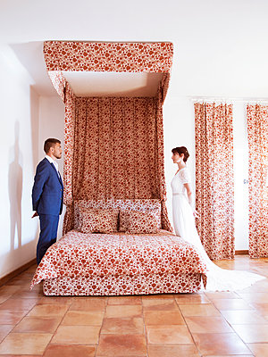 Bride and groom in the bedroom - p1105m2126382 by Virginie Plauchut