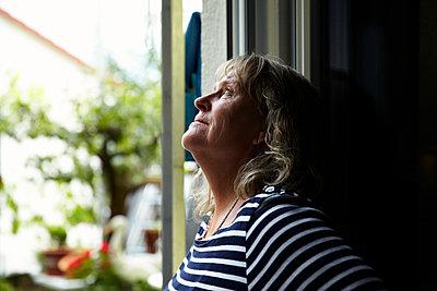 Portrait einer älteren Frau - p1146m1071119 von Stephanie Uhlenbrock