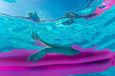 Girl on air mattress  - p1418m2037385 by Jan Håkan Dahlström