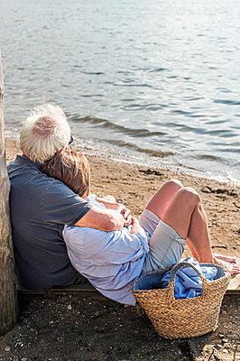 Senior couple on the beach - p1609m2253790 by Katrin Wolfmeier
