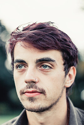 Portrait of a young man - p300m1228459 by Dirk Wüstenhagen