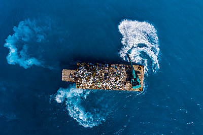 Maledives, South-Male-Atoll, plastic waste disposal with digger from above - p300m2102674 von Martin Moxter