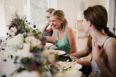 Women enjoying friendship and meal in yoga retreat - p429m2019563 by Hugh Whitaker