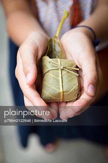 Gift - p756m2122646 by Bénédicte Lassalle
