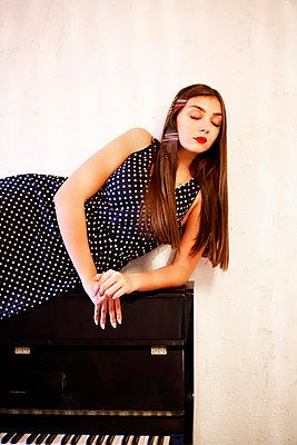 Junge Frau auf einem Klavier - p1521m2129137 von Charlotte Zobel