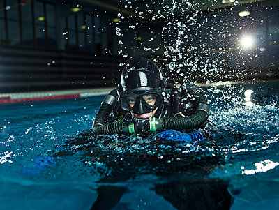 female scuba diver training in swimming pool - p300m1567833 by Christian Vorhofer