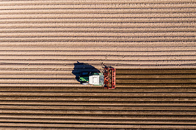 Germany, Hesse, Aerial view of tractor on asparagus field - p300m2083173 by Martin Moxter