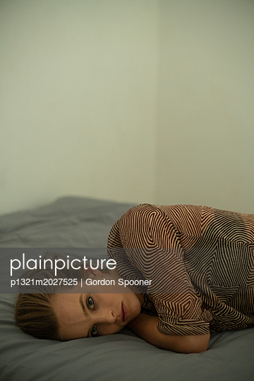 Traurige junge Frau - p1321m2027525 von Gordon Spooner