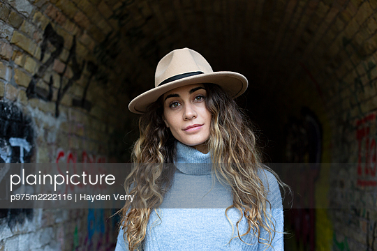 Young woman with hat and turtle neck sweater - p975m2222116 by Hayden Verry