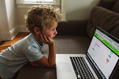Am Laptop lernen - p1361m1463528 von Suzanne Gipson