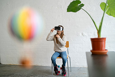 Girl with VR glasses and hot-air balloon in office - p300m2155263 by Gustafsson