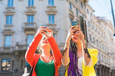 Women taking selfie, Milan, Italy - p924m1494948 by Eugenio Marongiu
