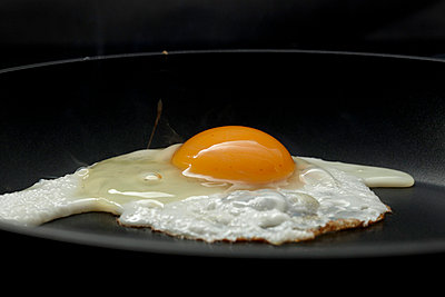 Fried egg - p959m700761 by Appold