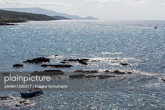 Boot im Meer - p949m1200317 von Frauke Schumann