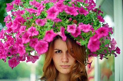 Flowerhead - p1054m792053 by Maria Kazvan