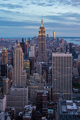 View of Empire State building at sunset  - p1057m1466857 by Stephen Shepherd