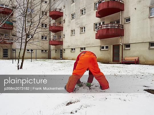 Kleiern Junge baut Schneemann - p358m2073182 von Frank Muckenheim