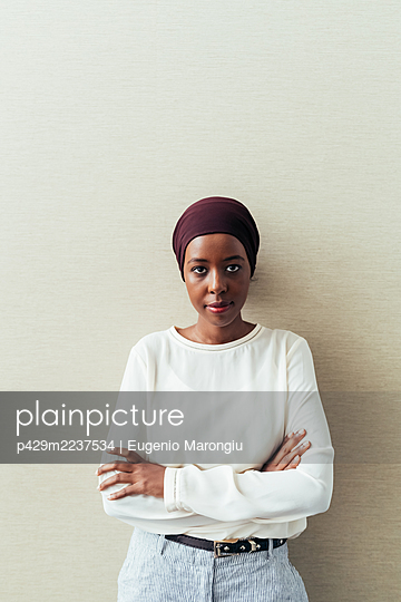 Portrait of a businesswoman - p429m2237534 by Eugenio Marongiu