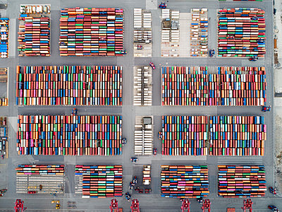 Container port Hamburg, aerial view - p1079m2175934 by Ulrich Mertens